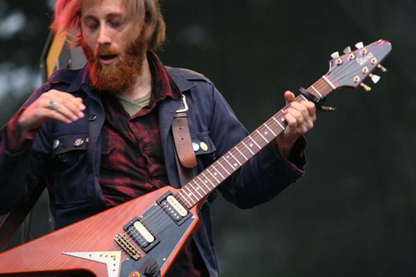 Dan Auerbach using Ibanez Flying V