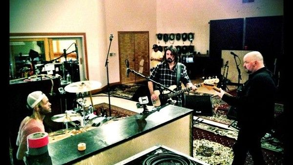 Dave Grohl using Fender Precision Bass    (Duplicate)