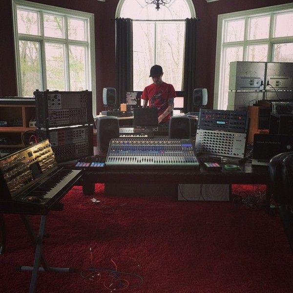 Deadmau5 using Native Instruments Traktor Kontrol F1 DJ Controller
