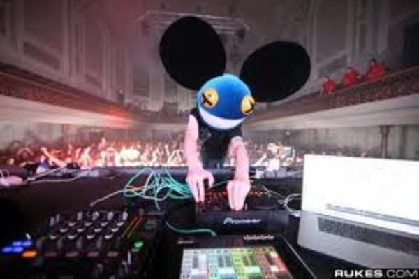 Deadmau5 using Pioneer DJM-800 Mixer