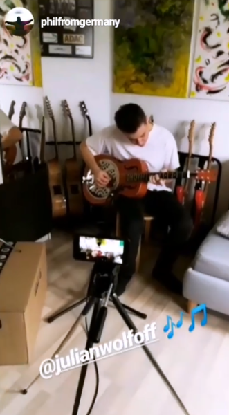 Julian Wolf using Rocktile Quintuplicate Movable Guitar Stand