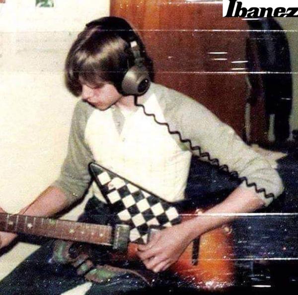 Kurt Cobain using 1976 Ibanez Destroyer (Duplicate)
