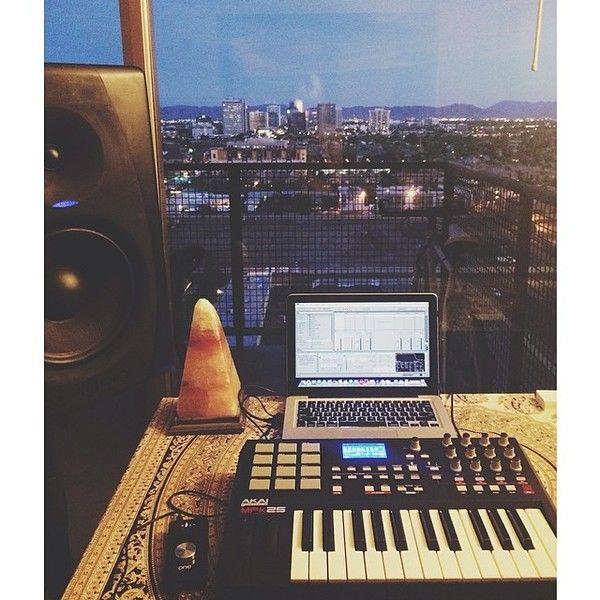 Mija using Akai MPK25 25-Key USB MIDI Keyboard Controller