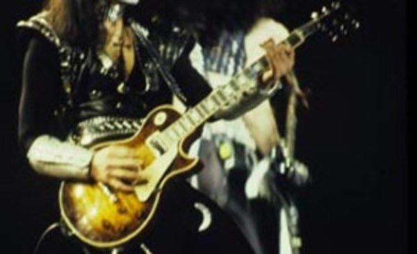 Vinnie Vincent using Gibson Les Paul       (Duplicate)
